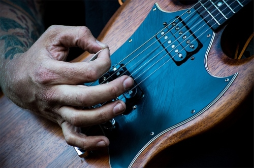 strum-guitar-2512x1670_101685.jpg
